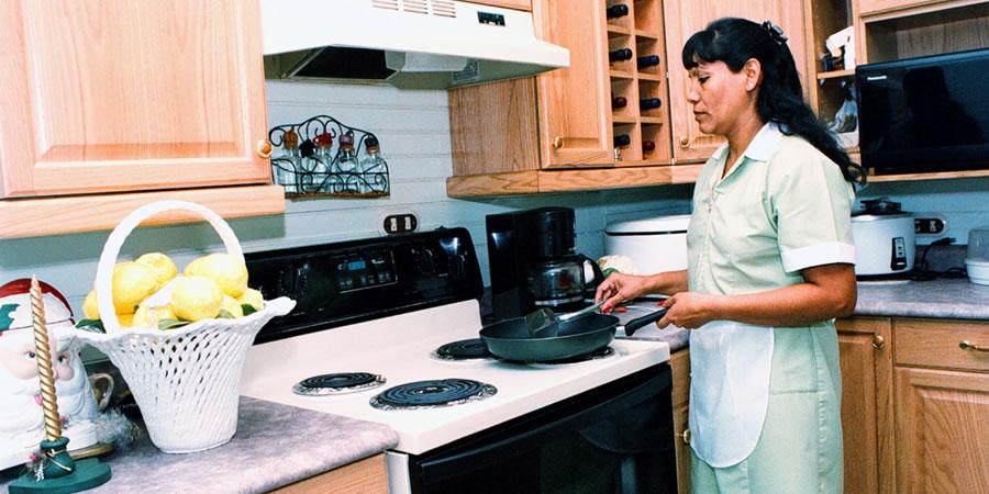 Una de cada 10 mujeres que trabajan de manera remunerada en México, son empleadas domésticas