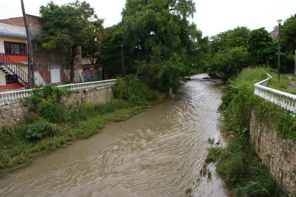 Continúan las descargas de aguas negras en el Río Sabinal