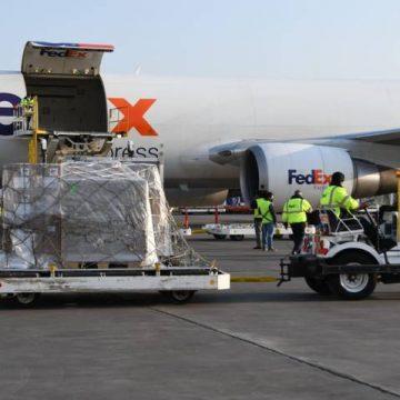 Llega de EUA tercer avión con insumos para atender COVID-19