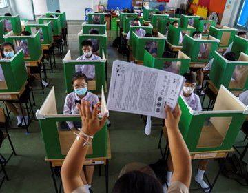 """Reabrir escuelas sin controlar la transmisión de COVID-19 es una """"receta para el desastre"""", advierte la OMS"""