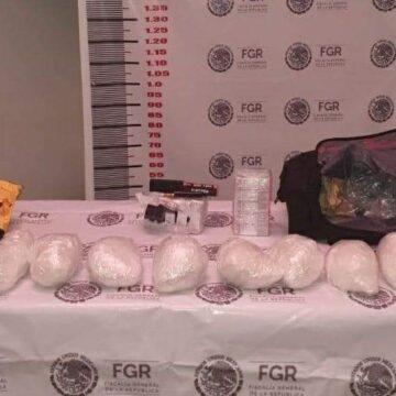 Aseguran a una persona que transportaba más de ocho kilos de metanfetamina en un autobús de pasaje en Huixtla.