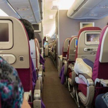 Mujer muere en pleno vuelo; tenía coronavirus y problemas para respirar