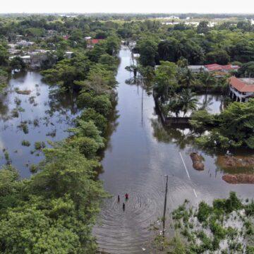 Al menos cuatro municipios de Tabasco, en situación crítica por inundación: AMLO