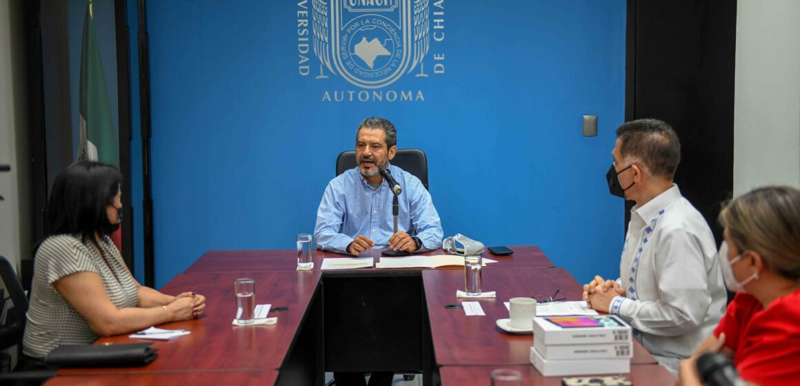 Dona Ayuntamiento de Ángel Albino Corzo un lote de tablets a la UNACH para beneficio de los estudiantes
