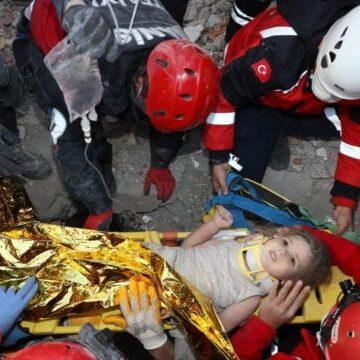 Niña es rescatada de los escombros más de 90 horas después del terremoto en Turquía