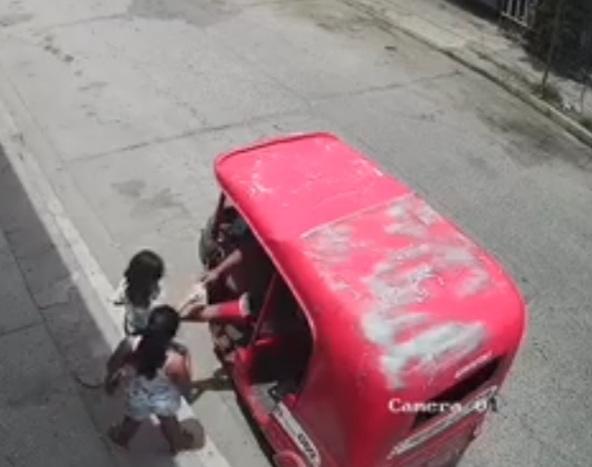 Captan a un hombre tocando a 2 niñas en Villahermosa Tabasco; el sujeto aparentemente le da dinero a las dos menores para luego huir.