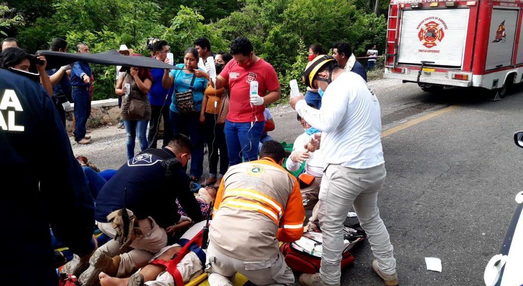 Sistema Estatal de Protección Civil activa protocolo de atención por accidente carretero Emiliano Zapata, en Tuxtla Gutiérrez