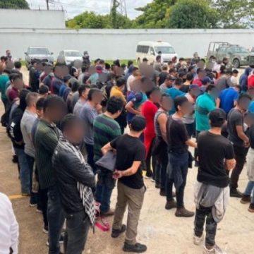 Detienen en Veracruz a más de 300 centroamericanos hacinados en un tráiler